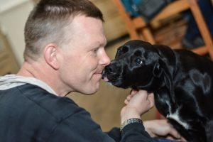 GertJan met huishond Nova die ook bijdraagt aan het geheel