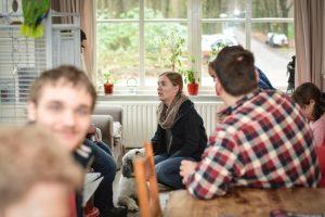 Laura luistert naar de bewoners