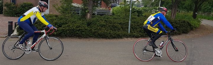 Toon rijdt 'Ronde van de stoof' in Oud Gastel.
